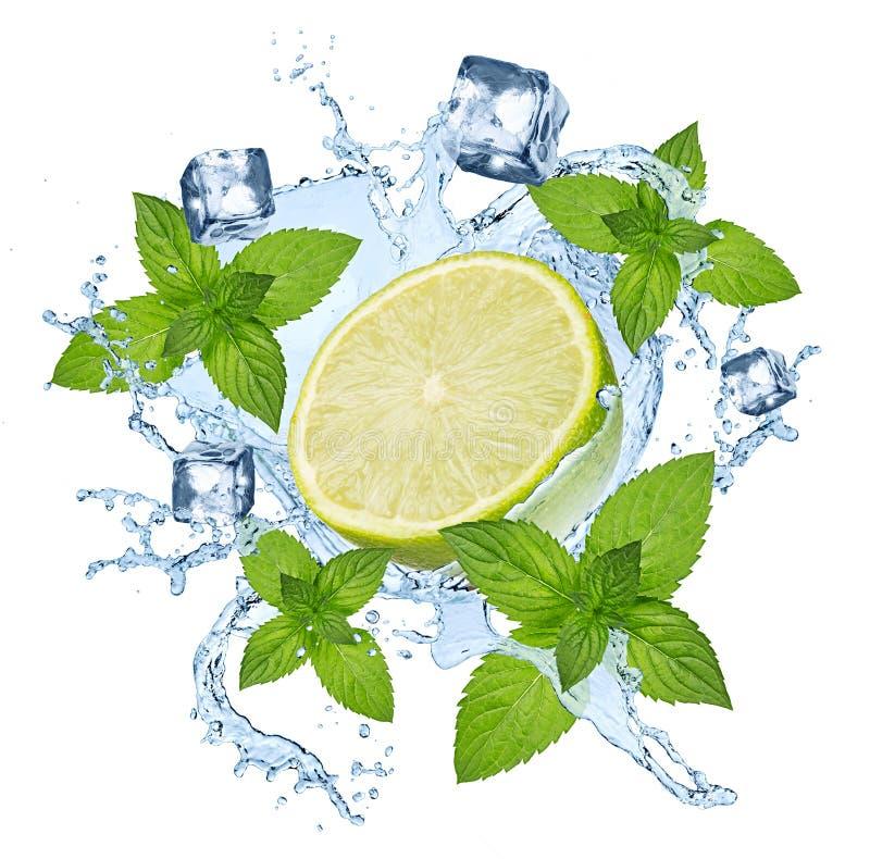 Respingo abstrato da água da bebida da hortelã do cal fotografia de stock