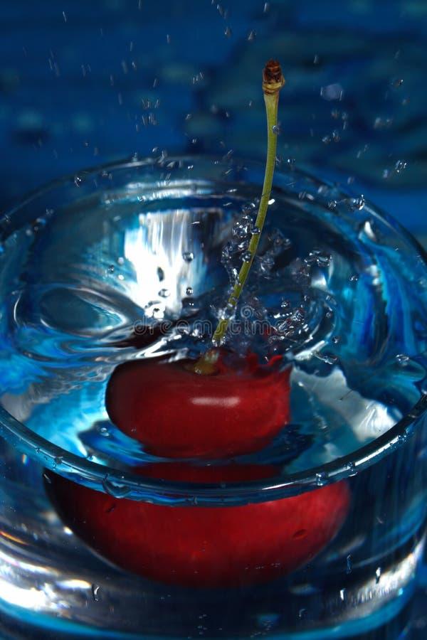 Respingo da água da cereja fotos de stock royalty free