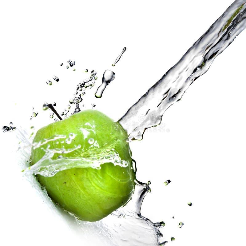 Respingo da água fresca na maçã verde fotos de stock
