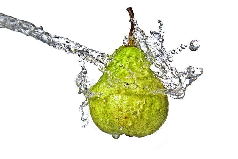 Respingo da água fresca na pera verde imagens de stock royalty free