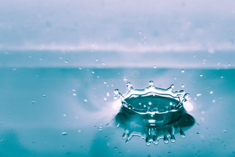 Respingo da água isolado no fundo azul foto de stock royalty free