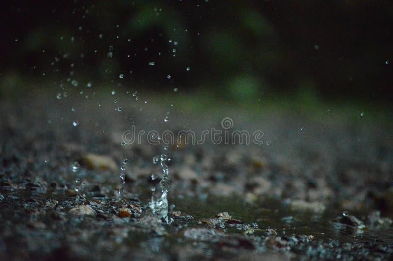 Respingo da água na terra imagens de stock