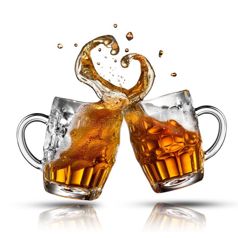 Respingo da cerveja na forma do coração isolada fotografia de stock royalty free