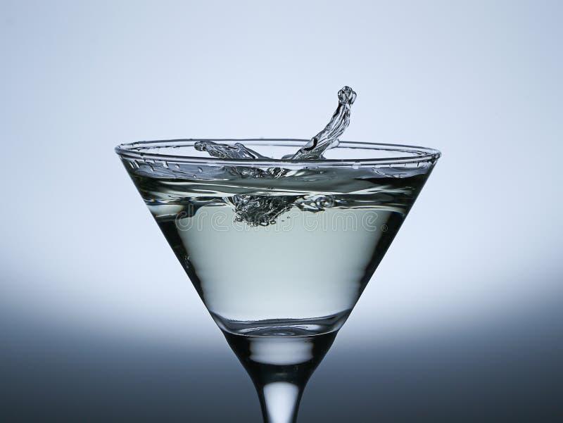 Respingo da gota da água no vidro de Champagne. foto de stock royalty free