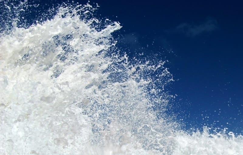 Respingo da onda e céu azul imagem de stock