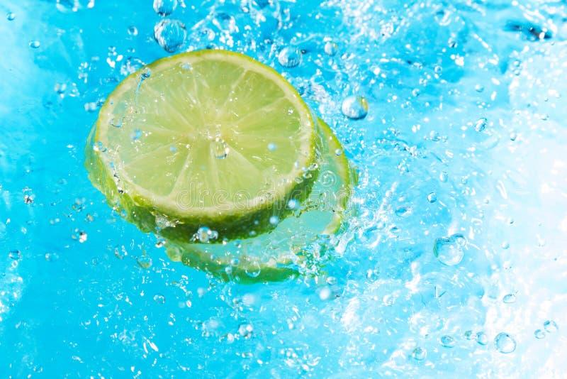 Respingo do cal na água, vista superior fotos de stock royalty free