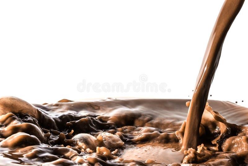 Respingo do chocolate, jato de derramamento do córrego do chocolate, cacau, isolado imagens de stock royalty free