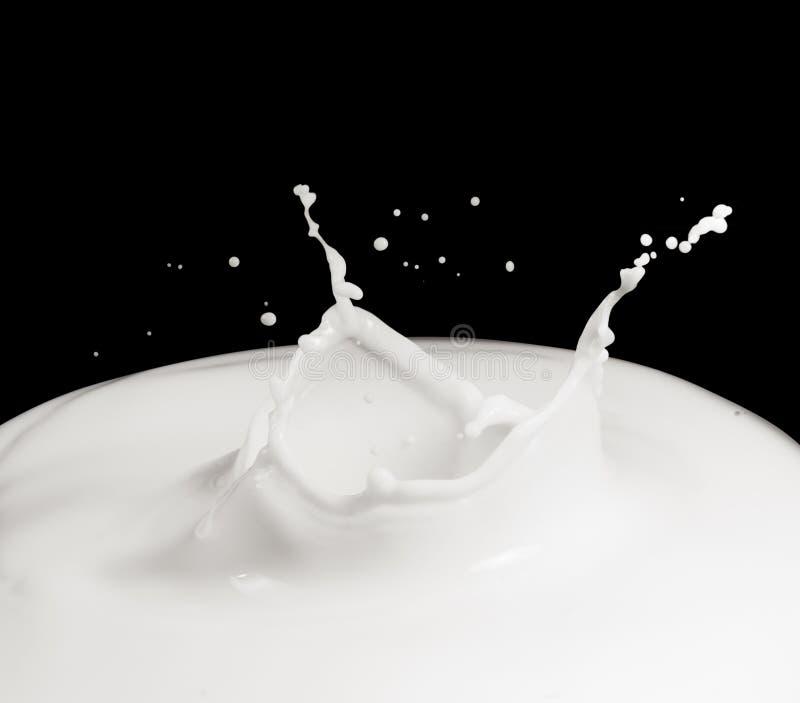 Respingo do leite isolado imagens de stock
