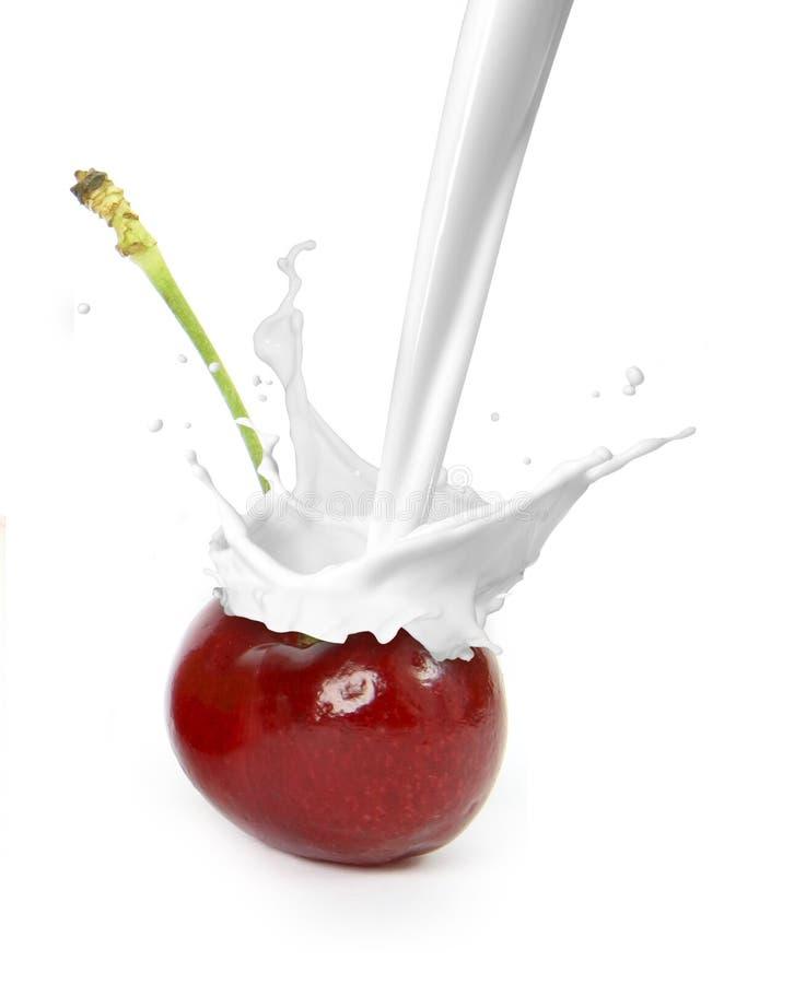 Respingo do leite no fruto foto de stock royalty free