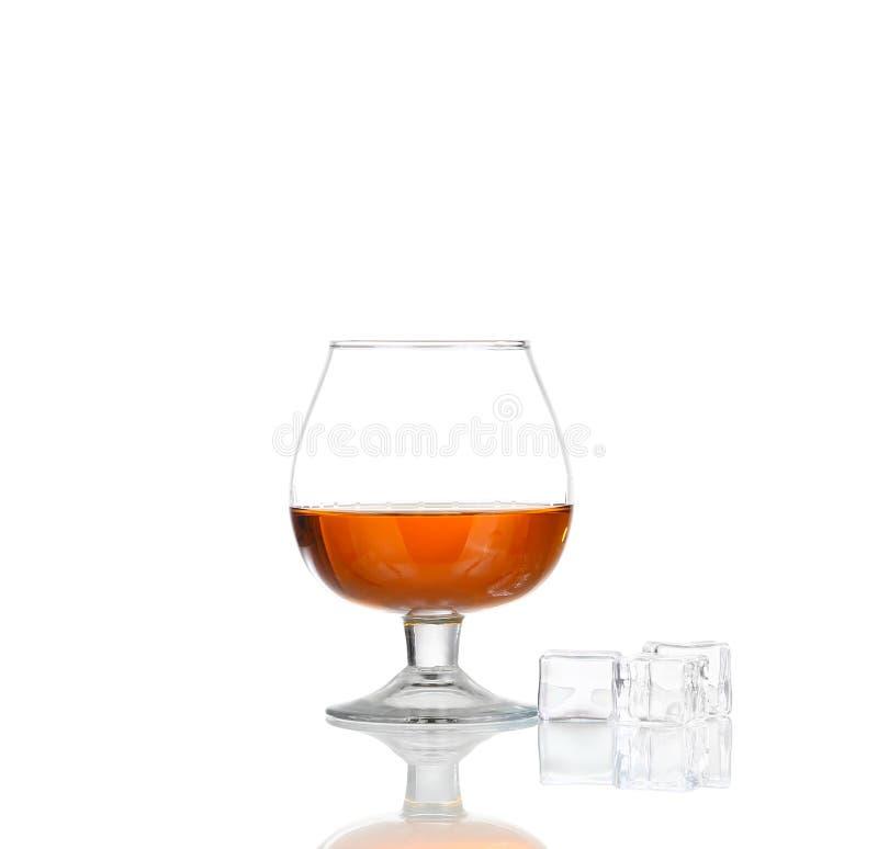 Respingo do u?sque com gelo no vidro isolado no fundo branco foto de stock