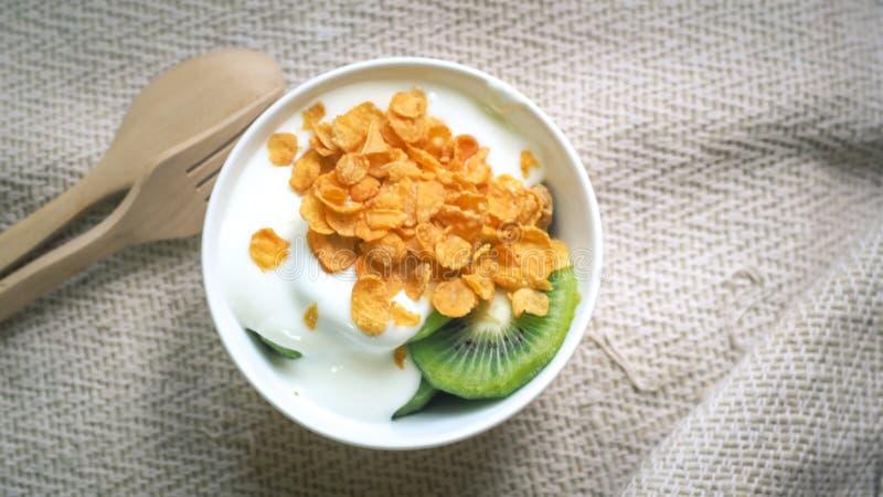 Respingo dos flocos de milho, do cereal e do leite na bacia Iogurte orgânico liso caseiro natural fotografia de stock royalty free