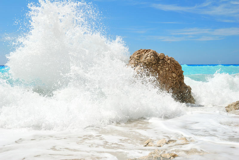 Respingo grande e alto do pulverizador de água do mar foto de stock royalty free