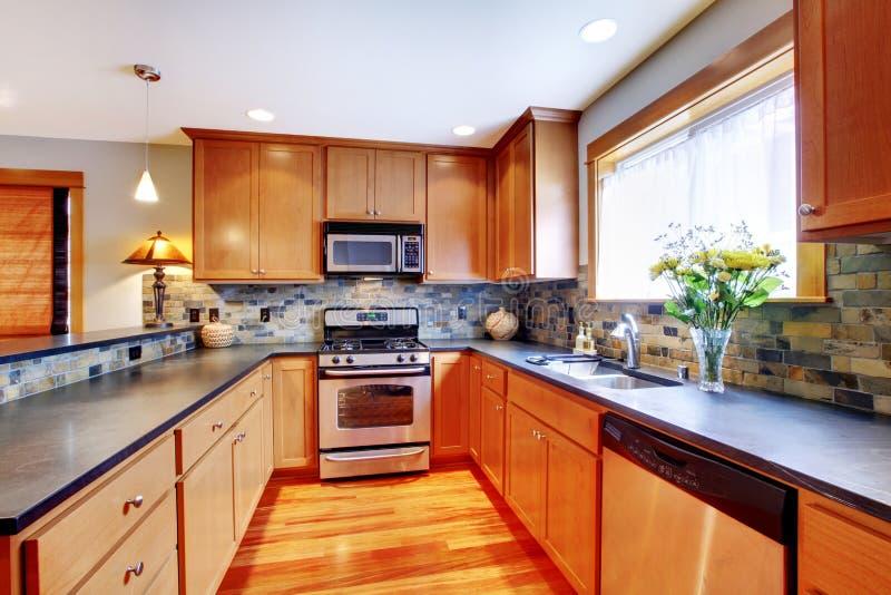 Respingo moderno dourado da parte traseira da pedra do wtth da cozinha fotografia de stock