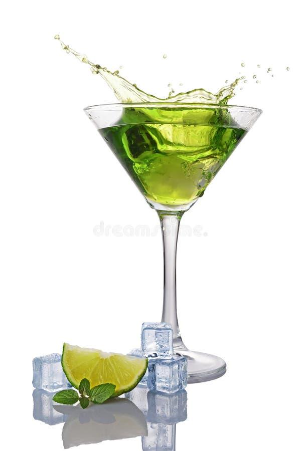 Respingo no vidro da bebida alcoólica verde do cocktail com o cubo do cal, da hortelã e de gelo fotos de stock royalty free