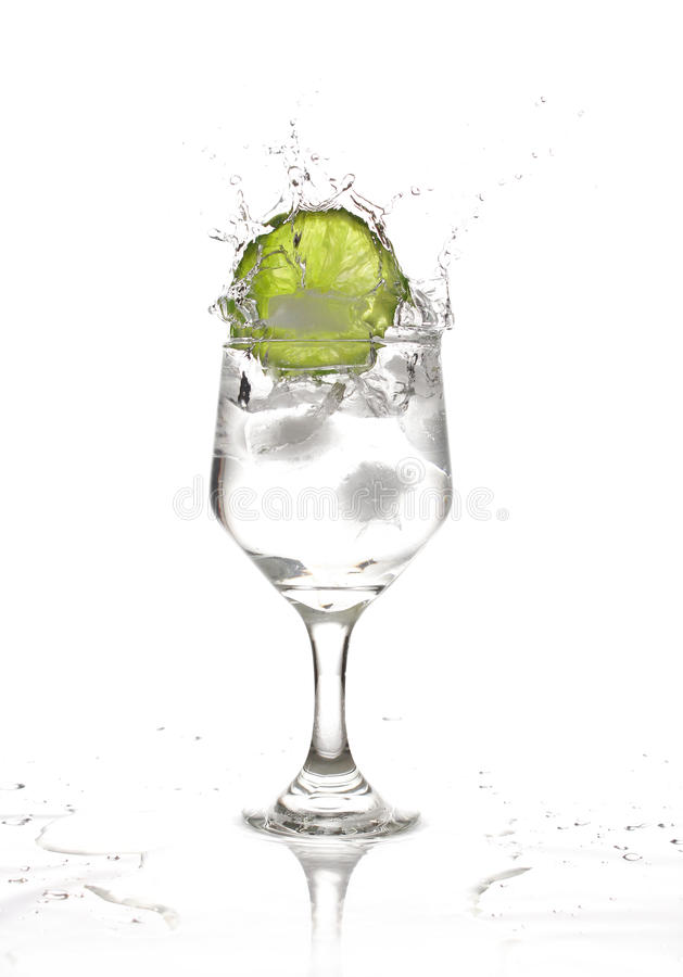 Respingo; um lemonn cai em um vidro da água fotografia de stock