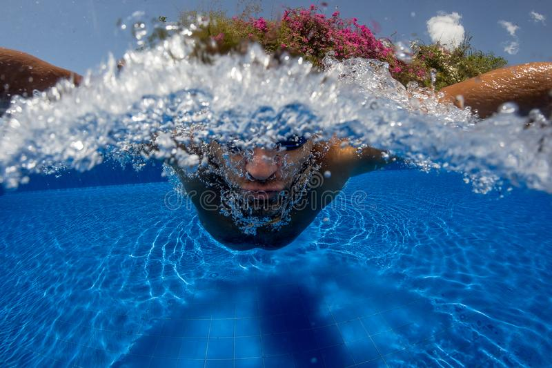 Respiração do homem quando nadada imagens de stock royalty free