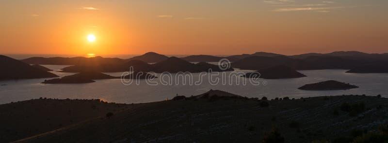 Respiração que toma o por do sol sobre ilhas croatas fotos de stock