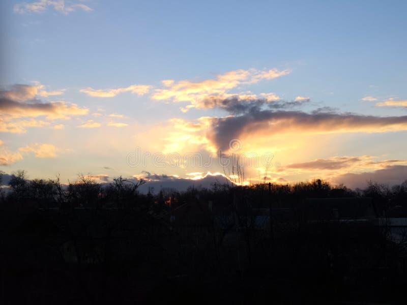 Respiración encantadora de la puesta del sol- del cielo imagen de archivo