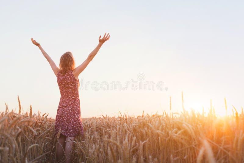 Respiración, mujer con las manos aumentadas que disfruta de vida fotografía de archivo