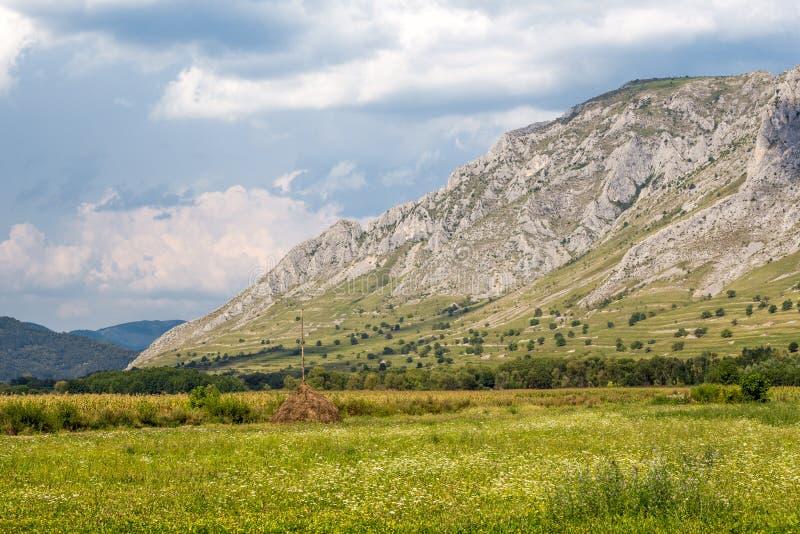 Respiración que toma a montaña paisaje lateral imágenes de archivo libres de regalías