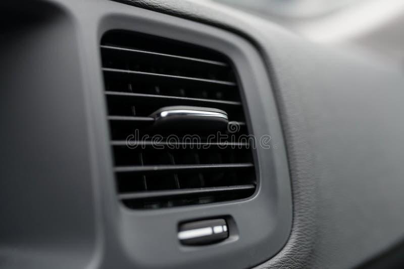 Respiraderos modernos de la condición del aire del coche fotos de archivo