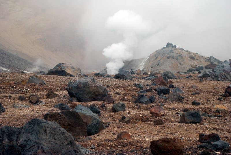 Respiraderos volcánicos con humo, azufre y la ceniza imagen de archivo libre de regalías