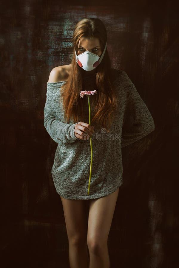 Respirador vestindo consideravelmente fêmea dos jovens, conceito da alergia foto de stock royalty free