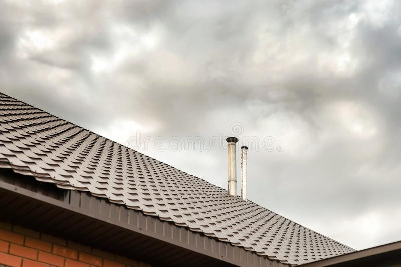 Respiradouros de ar sobre o telhado da casa fotografia de stock