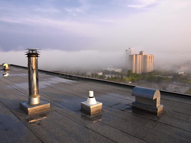 Respiradouros e dutos do telhado imagem de stock
