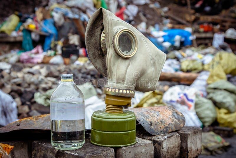 Respiratormaske für Gas auf dem Hintergrund des Abfalls lizenzfreie stockbilder