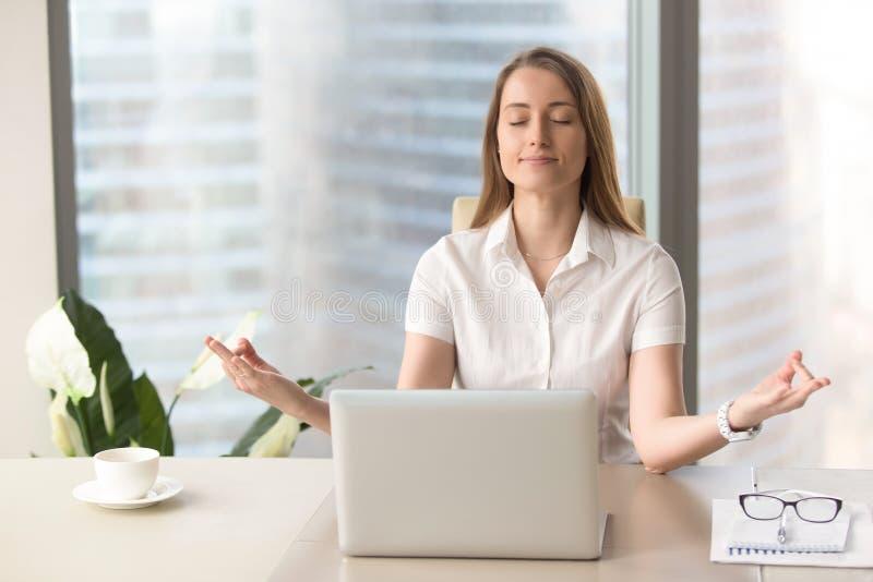 Respirazione di pratica della donna di affari conscia calma, yoga corporativa, immagini stock libere da diritti