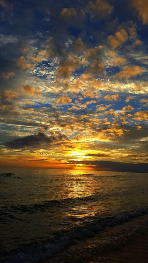 Respire tomando puesta del sol fotos de archivo
