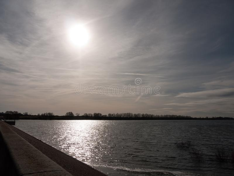 resplandor de la luz del sol sobre la bahía abierta del agua fuera del lan de la reserva de naturaleza imagen de archivo