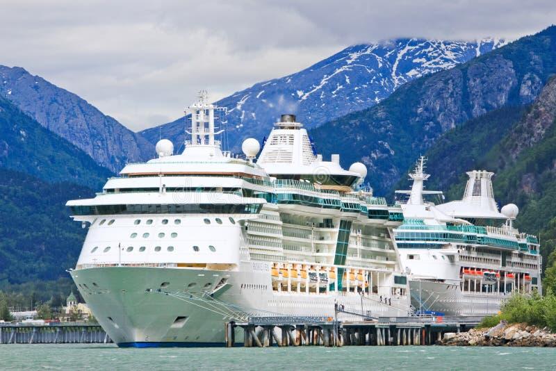 Resplandor de los barcos de cruceros de Alaska, rapsodia, Skagway imagen de archivo libre de regalías
