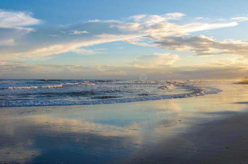 Resplandor de tarde en la playa atlántica, Carolina del Norte fotos de archivo