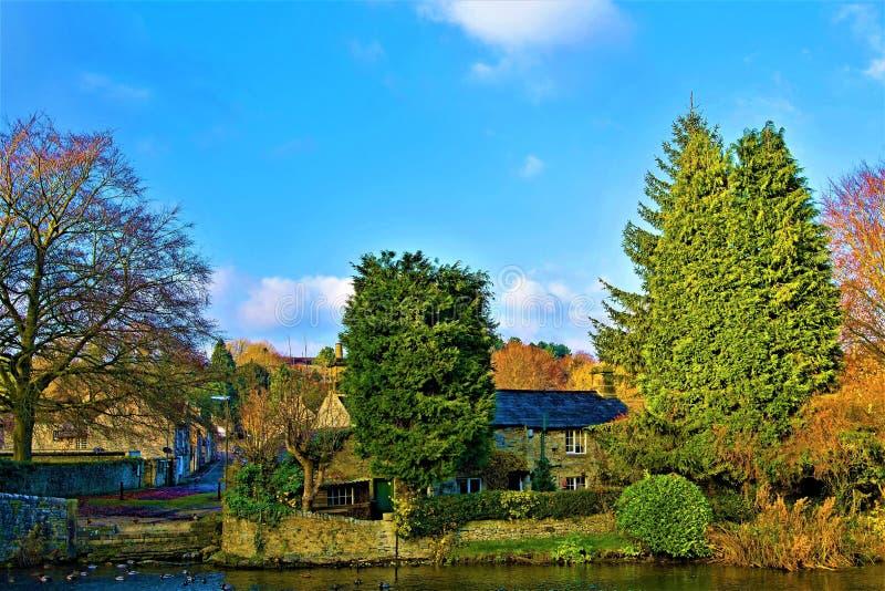Resplandor otoñal en Ashford en el agua, Derbyshire fotos de archivo