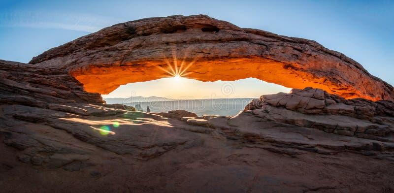 Resplandor solar en Mesa Arch fotografía de archivo