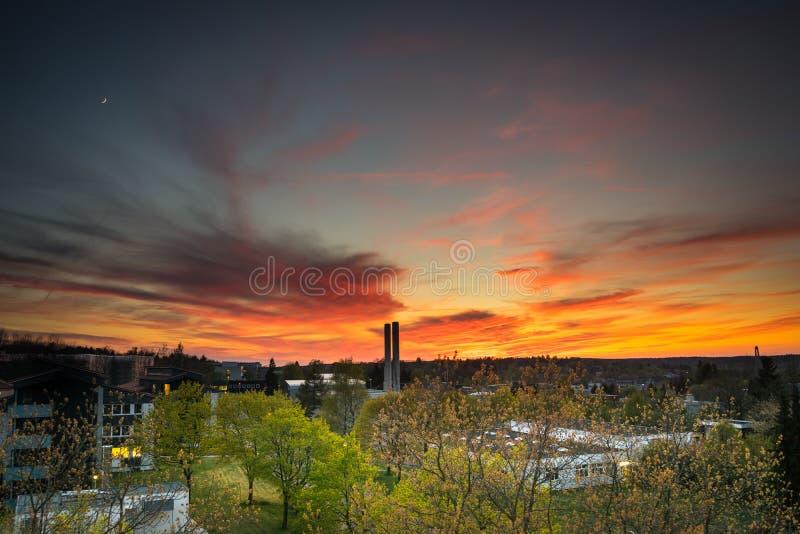 Resplandor y luna de la puesta del sol fotos de archivo