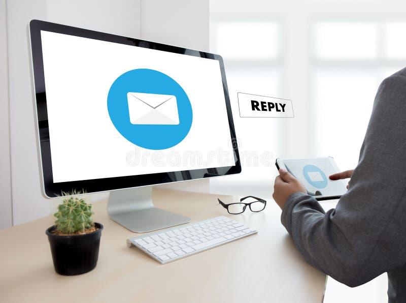 responda o email da mensagem no homem de negócios do computador está trabalhando a im imagem de stock