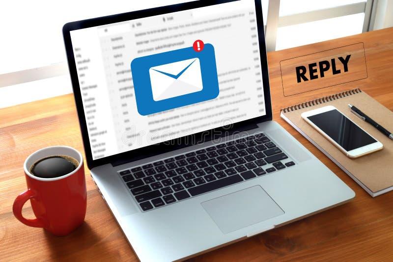 responda o email da mensagem no homem de negócios do computador está trabalhando a im imagens de stock