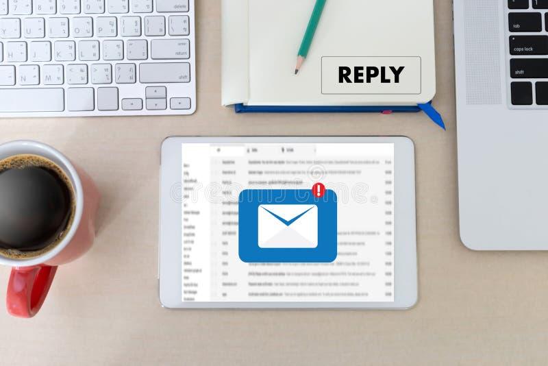responda o email da mensagem no homem de negócios do computador está trabalhando a im fotos de stock