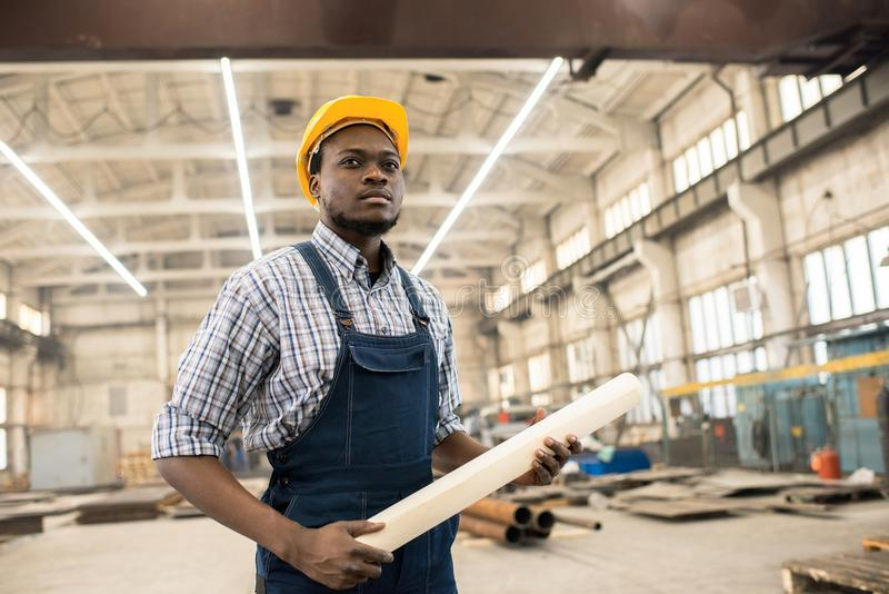 Responsabile afroamericano sicuro della costruzione nel luogo di lavoro immagini stock