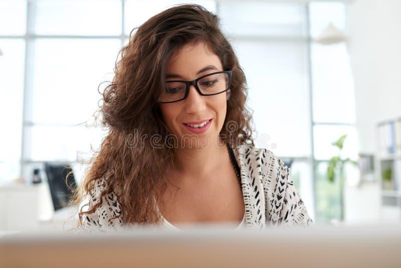 Responsabile attraente Focused su lavoro immagini stock