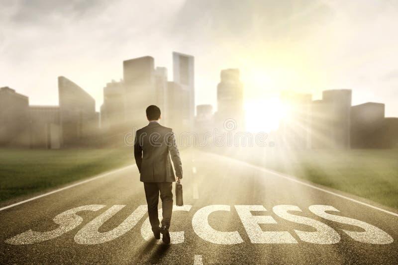 Responsabile che cammina sulla strada al successo immagine stock libera da diritti