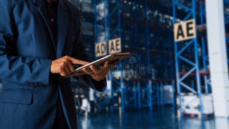 Responsabile che usando il controllo e controllo della compressa per i lavoratori fotografie stock libere da diritti
