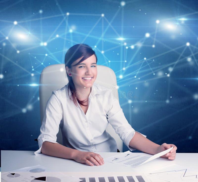 Responsabile davanti alla scrivania con il concetto di collegamento immagini stock