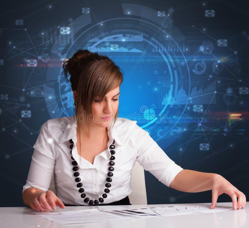 Responsabile davanti alla scrivania con il concetto di comunicazione fotografia stock