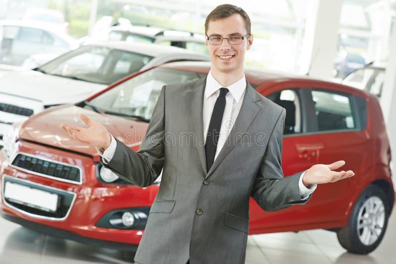 Responsabile del salespersom del commerciante di automobile dell'automobile immagine stock