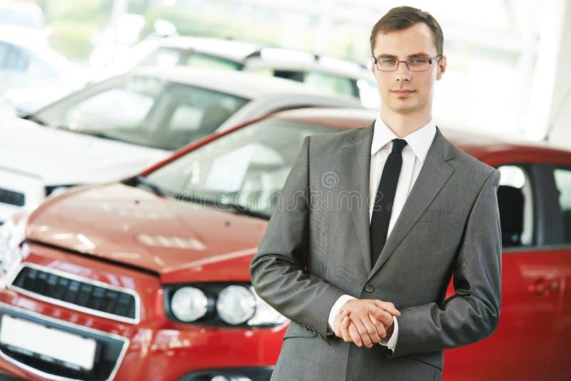 Responsabile del salespersom del commerciante di automobile dell'automobile fotografie stock