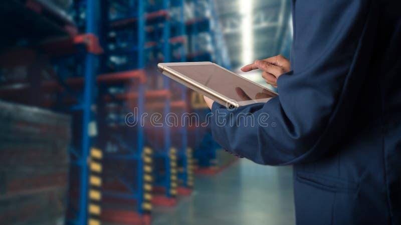 Responsabile dell'uomo d'affari che usando il controllo della compressa e controllo e progettare fotografia stock